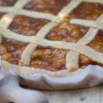 Crostata ricca di marmellata di susine e mandorle