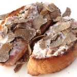 Crostone salsiccia, stracchino e scaglie di tartufo della suocera